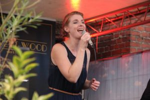Ina Hagenau singt bei Honey & Wood